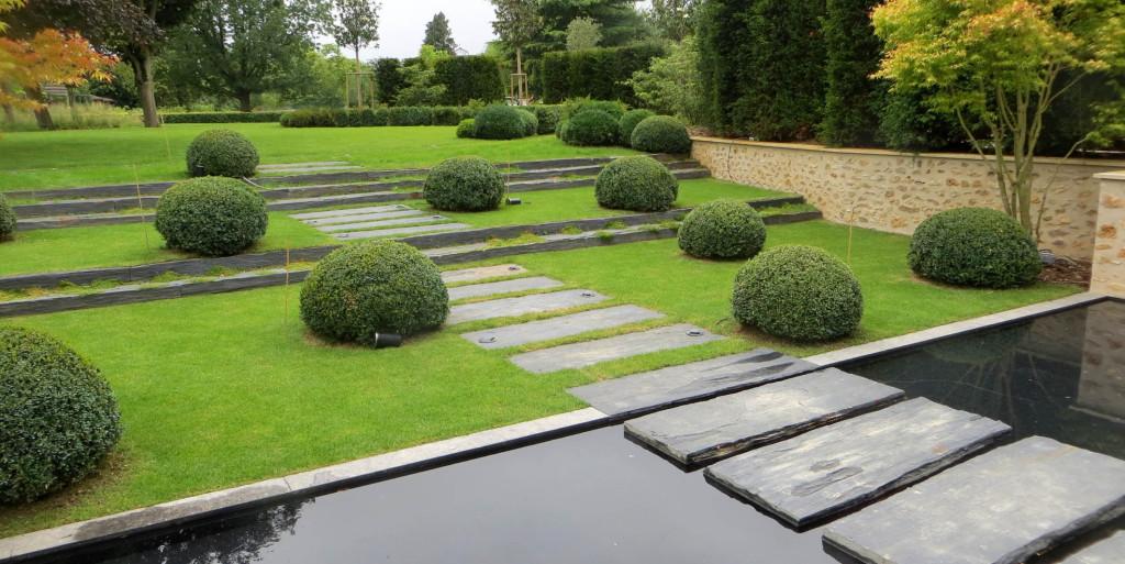 Crin contemporain schiste et buis entre ciel et vert for Jardins zen et contemporains